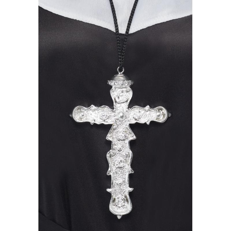 Groot zilveren kruis aan ketting. zwart koord met daaraan een groot zilver kruis.